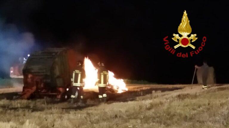 Loreto, a fuoco una rotoimballatrice FOTO