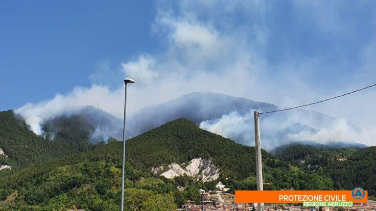 L'Aquila, incendio di Arischia: mezzi ancora all'opera FOTO