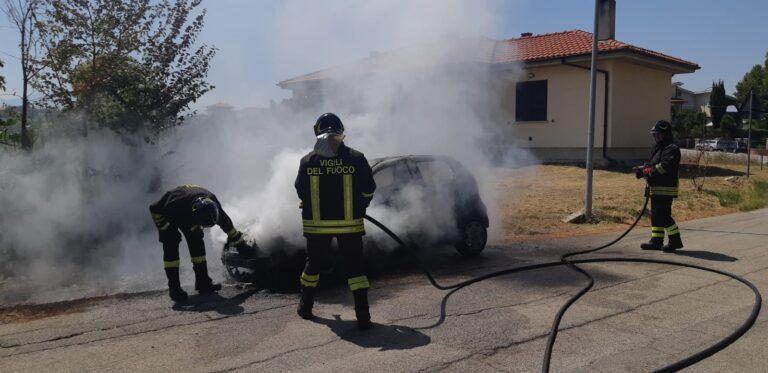 Atri, auto prende fuoco vicino il cimitero FOTO VIDEO
