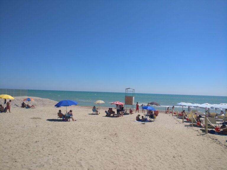 Alba Adriatica, spiaggia libera della zona nord impresentabile: la protesta FOTO