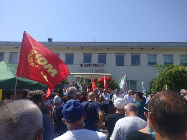 Tortoreto, la Betafence non può chiudere: il presidio dei lavoratori FOTO VIDEO