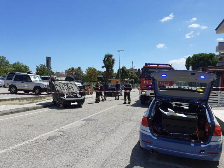 Alba Adriatica, incidente nell'incrocio maledetto: auto si cappotta dopo l'impatto FOTO