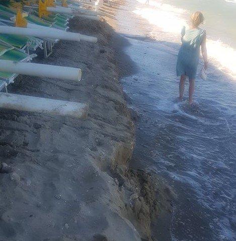 Alba Adriatica, la mareggiata inghiotte la spiaggia: il grido di aiuto FOTO