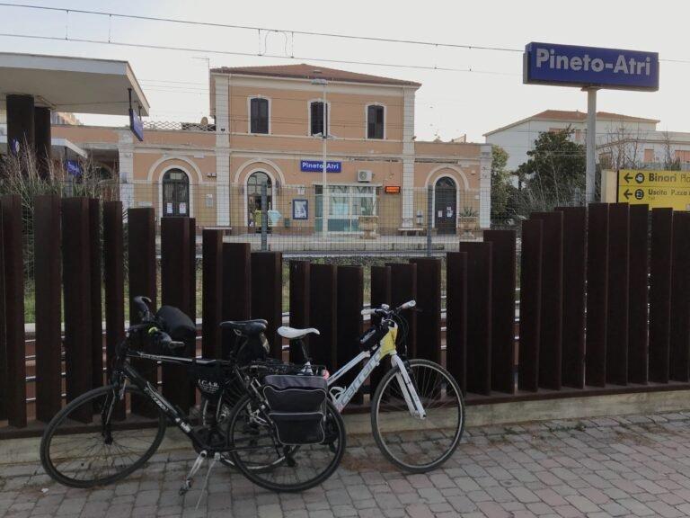 La formula treno+bici non funziona: coordinatore Fiab resta a piedi alla stazione di Pineto VIDEO