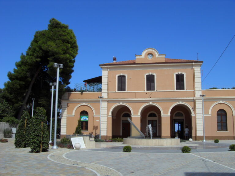 Pineto, giovane di Roseto sventa suicidio alla stazione