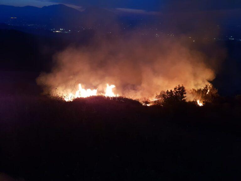 Castellalto, spento nella notte l'incendio che lambiva alcune abitazioni FOTO