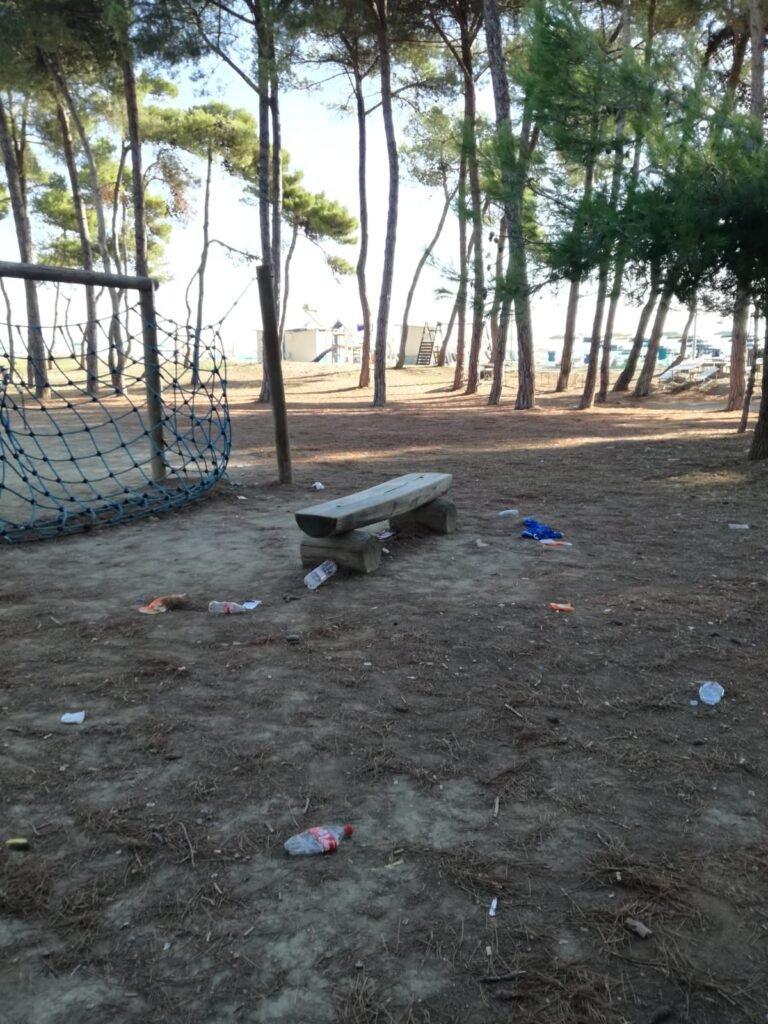 Pineto, rifiuti abbandonati sul campetto a Corfù FOTO