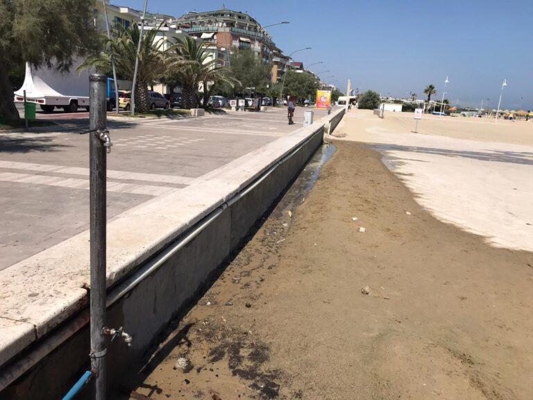 """Pescara, Madonnina: """"Niente cartelli anti-Covid e cavi elettrici nell'acqua sulla spiaggia"""""""