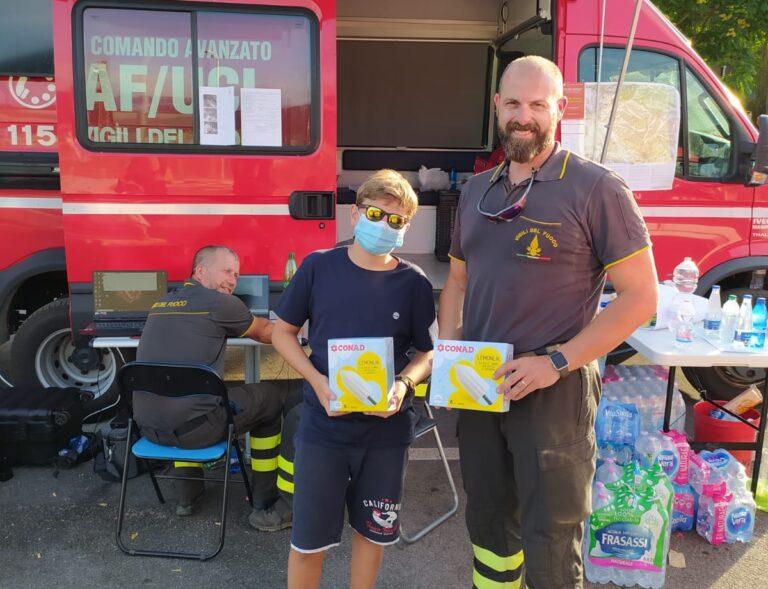 Incendi L'Aquila, ragazzino porta gelati ai vigili del fuoco FOTO