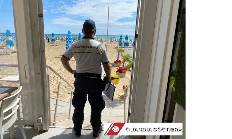 Roseto, stabilimento 'occupa' la spiaggia libera: ombrelloni rimossi