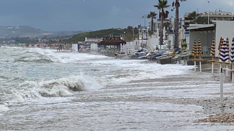 L'erosione costiera avanza anche d'estate: polemiche e stoccate politiche