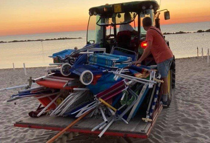 Martinsicuro, spiagge libere occupate: all'alba il sequestro degli ombrelloni FOTO