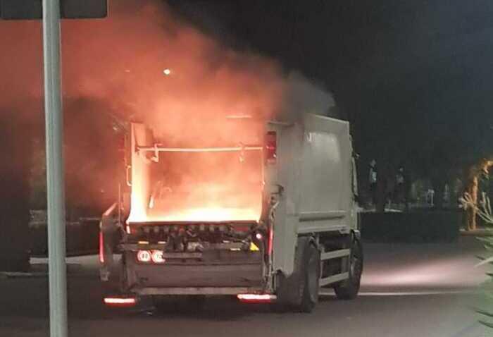 Giulianova, fiamme nel camion della spazzatura FOTO/VIDEO