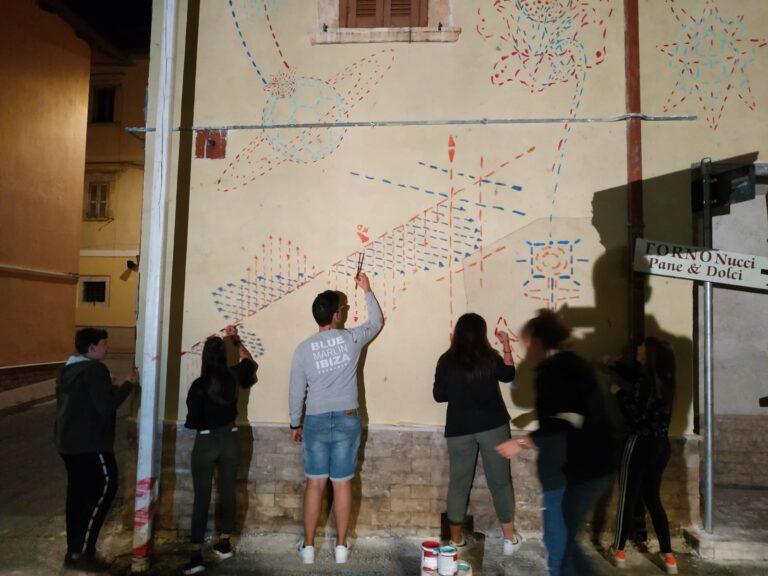 Suggestioni nate durante l'isolamento forzato: i ragazzi di Aielli realizzano un murales FOTO