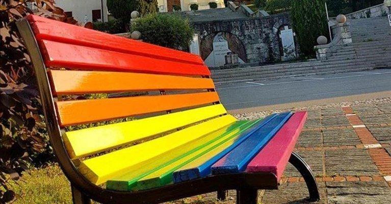 A Spoltore una panchina arcobaleno contro l'omofobia