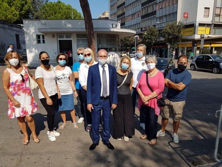 """Pescara, commercianti esasperati in centro: """"Balordi drogati e ubriachi in strada, scappano i clienti"""""""