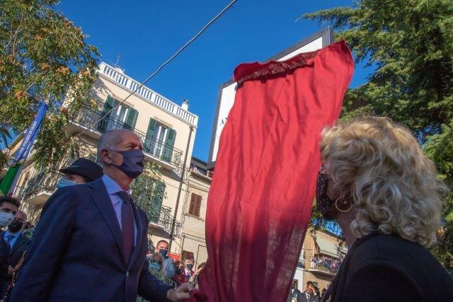 Gabrielli a Vasto per l'inaugurazione del monumento ai Caduti nel largo intitolato al Prefetto Manganelli