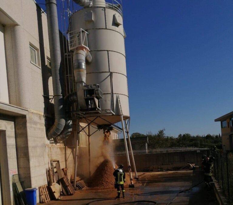 Isola del Gran Sasso, incendio in un silos: complesso lavoro dei vigili del fuoco VIDEO