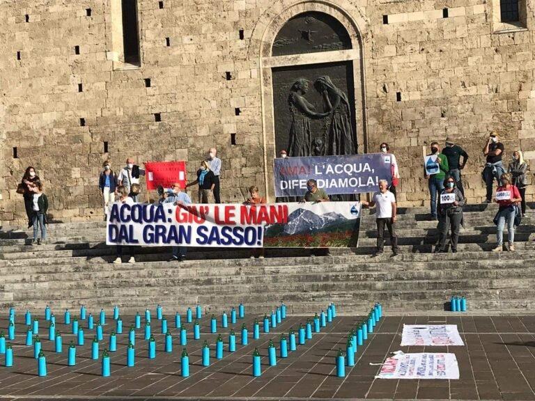 Teramo, flash mob per l'acqua del Gran Sasso in piazza Martiri FOTO