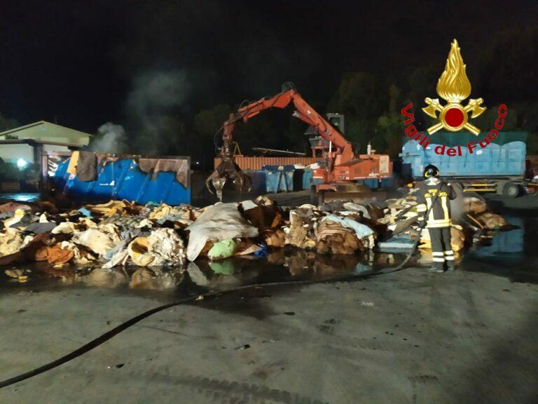 Pineto, a fuoco due camion di rifiuti. Ferito vigile del fuoco FOTO