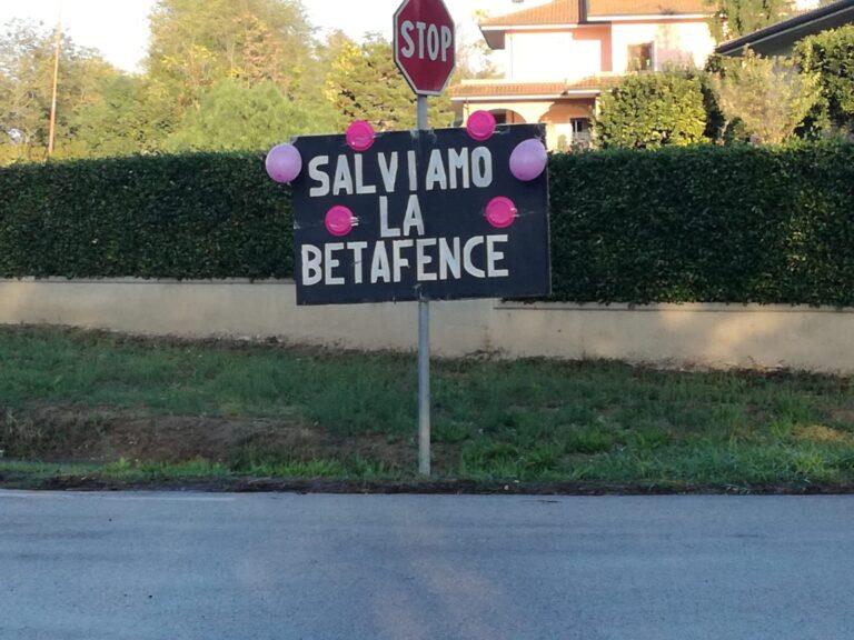 Salviamo la Betafence: i cartelli degli operai per il passaggio del Giro d'Italia FOTO