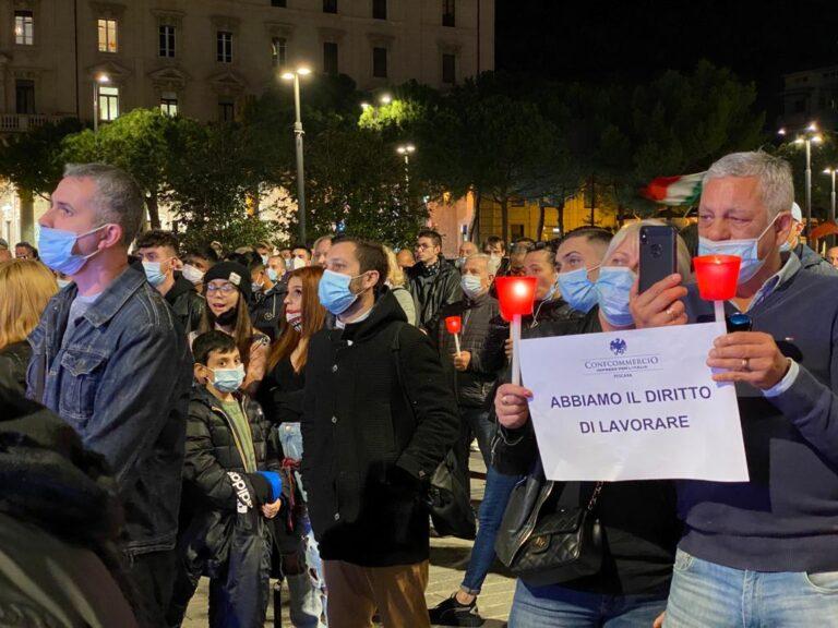 Pescara, protesta contro il dpcm: centinaia in piazza Salotto-FOTO