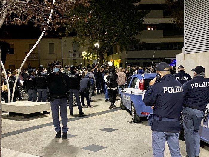 Pescara, manifestazione No Vax abusiva in piazza Salotto: scattano le denunce