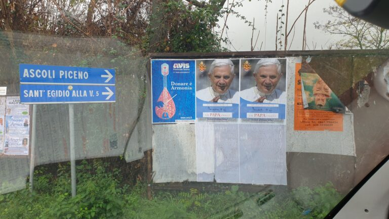 Manifesti che inneggiano a Papa Ratzinger affissi a Sant'Omero e Civitella del Tronto. Il caso