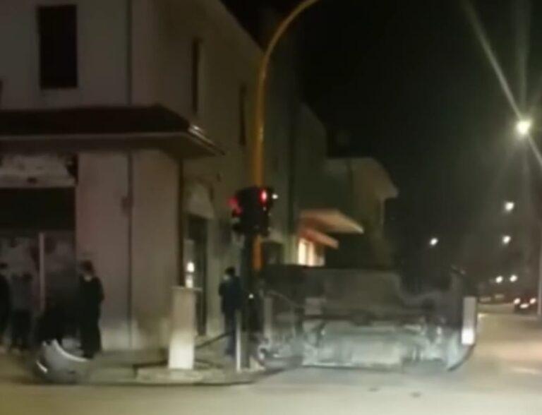 Sant'Egidio, auto si ribalta dopo l'incidente in centro