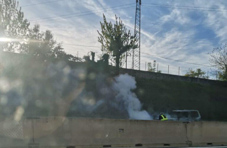 Torre de' Passeri: auto a fuoco sull'autostrada