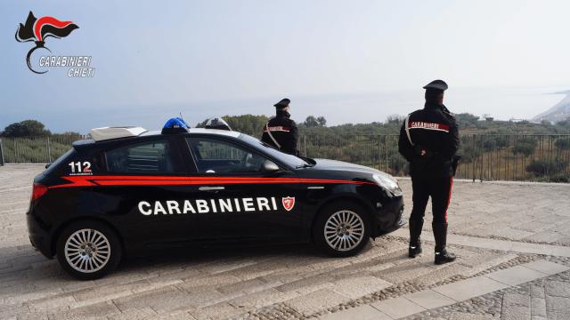 Chieti, bevono birra e mangiano davanti al bar: sanzionati dai Carabinieri