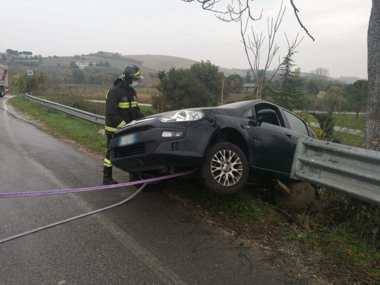 Sant'Omero, testa-coda sulla provinciale: l'auto resta in bilico sulla scarpata FOTO