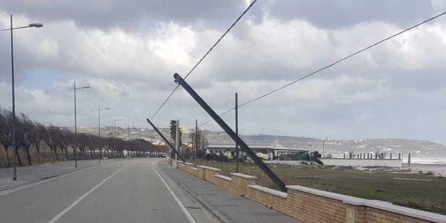 Linee elettriche e telefoniche da interrare sulla spiaggia sud di di Fossacesia Marina, il sindaco incontra Tim ed Enel