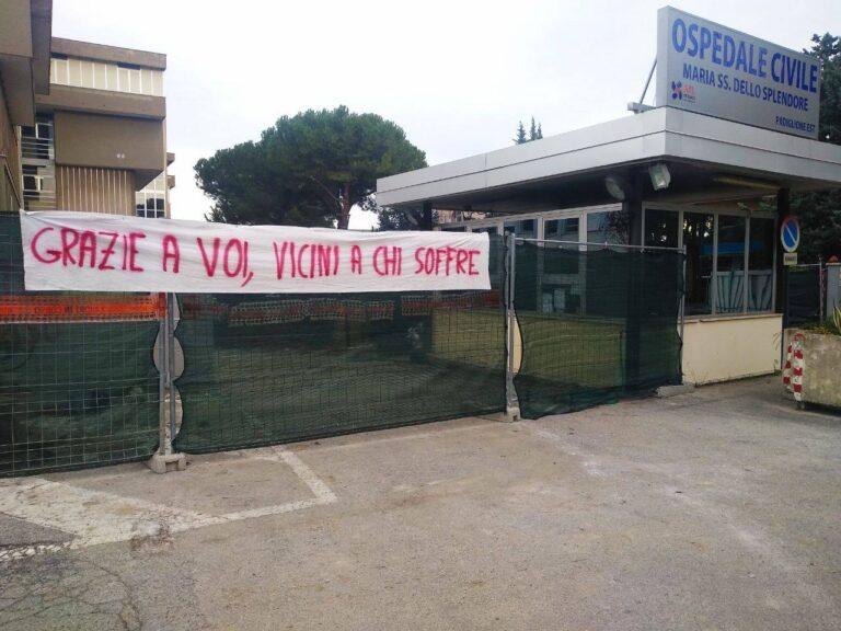 Giulianova, striscioni solidali fuori dalle strutture sanitarie