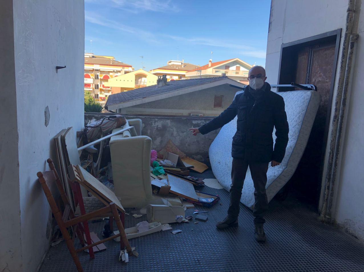 """Montesilvano, Pettinari nel degrado di via Lazio: """"Pitbull sguinzagliati durante il sopralluogo""""-FOTO"""
