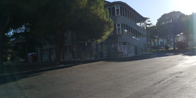 Giulianova, nuovo asfalto in piazza Dalla Chiesa. Resta però la bruttura del mercato coperto