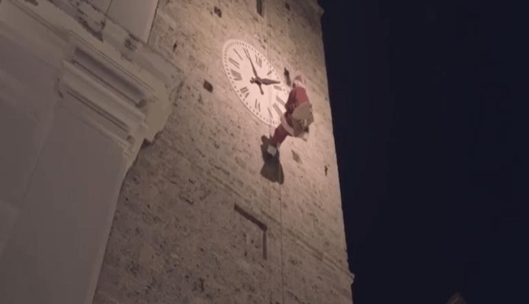 """Campli, Babbo Natale si cala dalla Torre: """"continueremo a volare"""" VIDEO"""