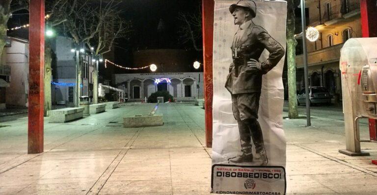 """Sant'Egidio, """"Disobbedisco"""": l'installazione di D'Annunzio compare in piazza"""