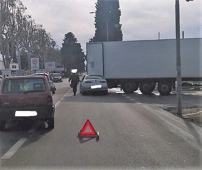 Tortoreto, incidente sulla Statale: auto finisce contro un Tir