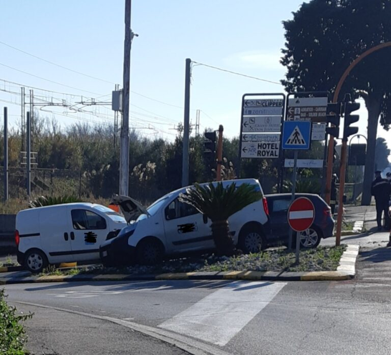 Giulianova, scontro frontale all'incrocio di via Mantova