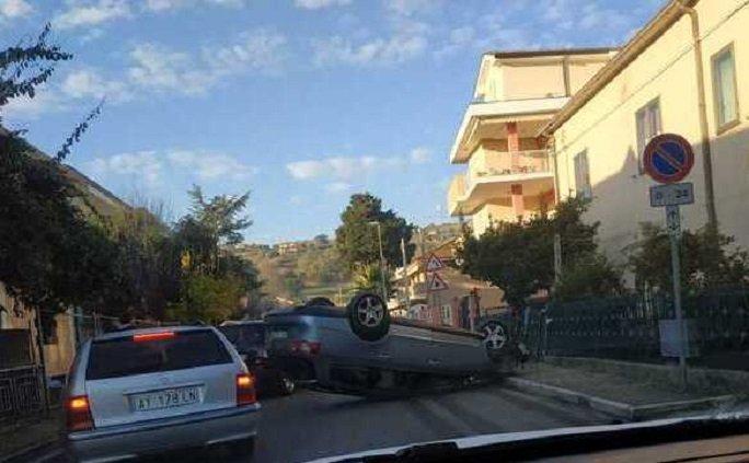 Giulianova, si ribalta con l'auto e fugge a piedi