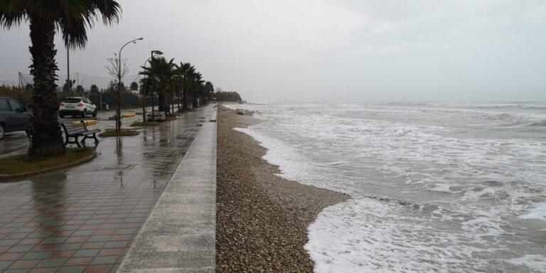 Maltempo, violenta mareggiata lungo la costa teramana
