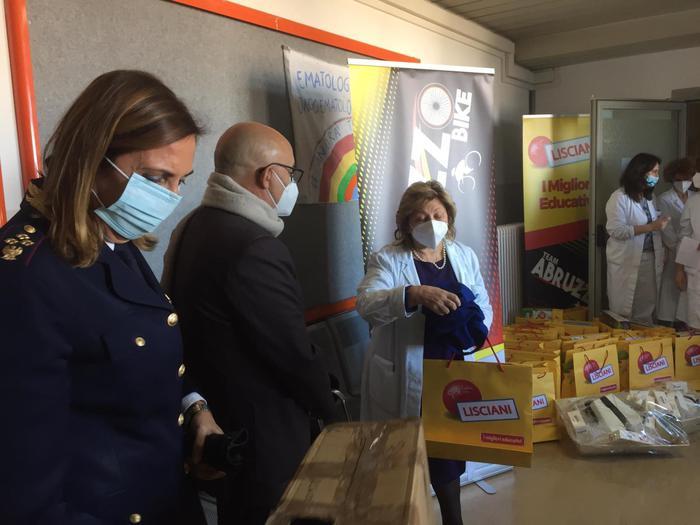Pescara, la polizia porta doni ai piccoli pazienti in ospedale