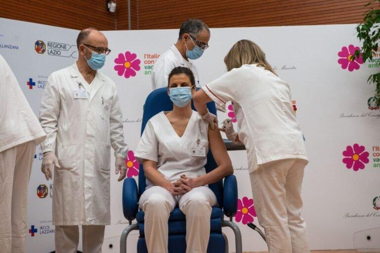 V-Day, partita la campagna vaccinale: prime somministrazioni e dubbi sulla durata