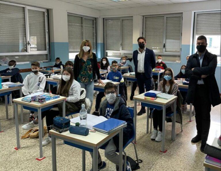 Villa Vomano, nuovi arredi nella scuola secondaria di primo grado FOTO