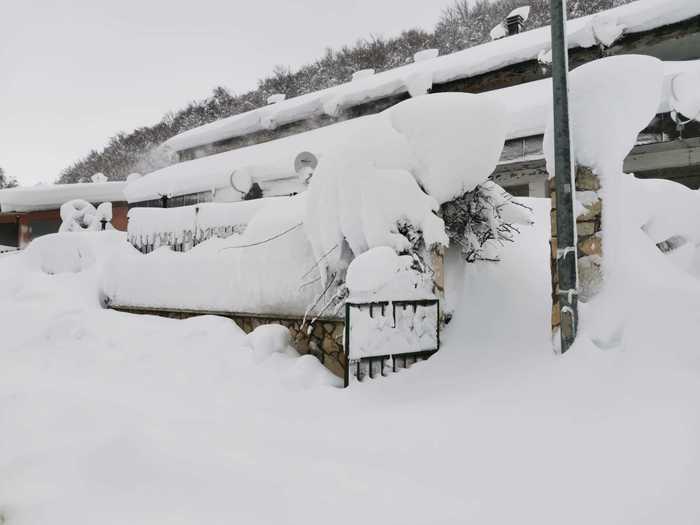 Cappadocia, tre metri di neve: carabinieri intervengono in motoslitta