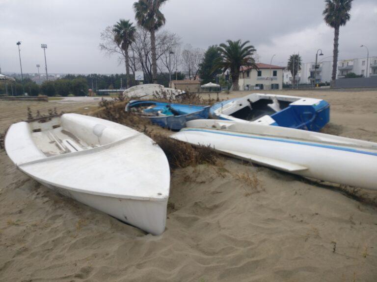 """Tortoreto, il """"cimitero"""" delle barche diventa ricettacolo di rifiuti FOTO"""