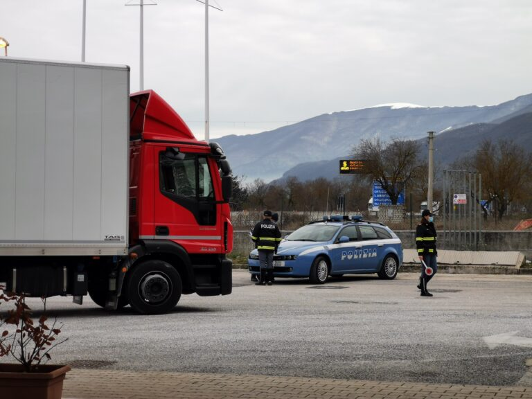 Tempi di guida dei veicoli commerciali: controlli a tappeto della polizia stradale FOTO