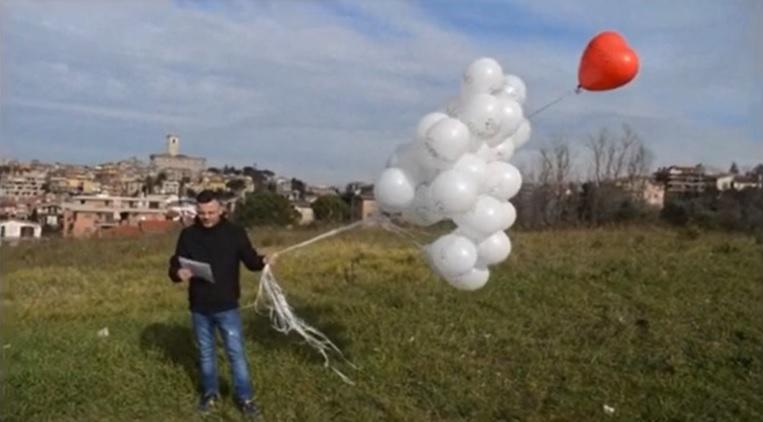 Anniversario Rigopiano: Matrone ricorda la moglie Valentina con palloncini e poesia-VIDEO