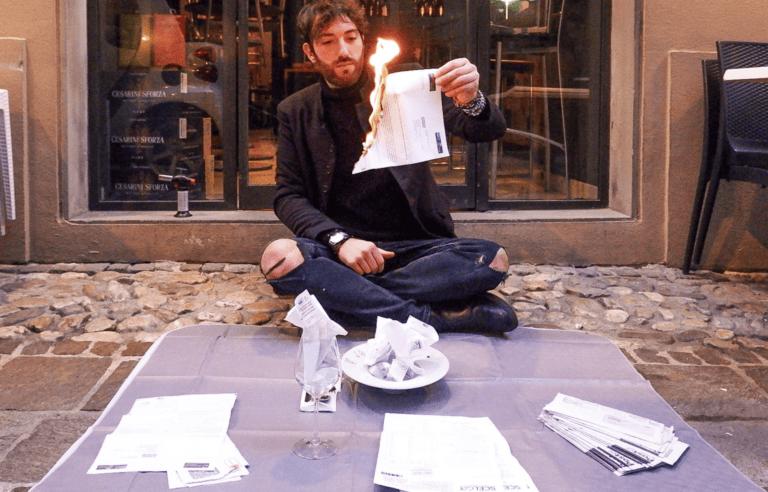 Covid, protesta a Teramo: barista brucia le bollette in strada FOTO